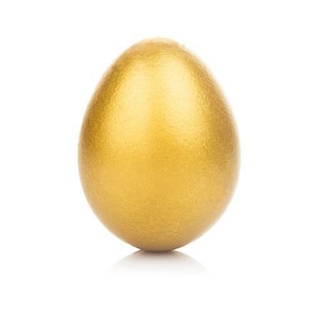 Ein goldenes Ei isoliert auf weißem Hintergrund