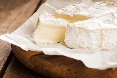 tabla de quesos: queso camembert macro rebanada tiro. DOF
