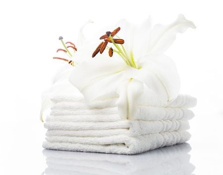 lirio blanco: Toallas blancas del balneario con el lirio en blanco