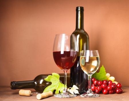 Wein-Stillleben: Flaschen, Korken, Trauben und Gläser