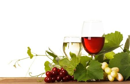 vino: Vino tinto y blanco en el vidrio sobre la mesa de madera