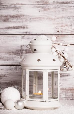minable: Cristmas lanterne avec des d�corations et de la neige sur blanc minable fond en bois Banque d'images