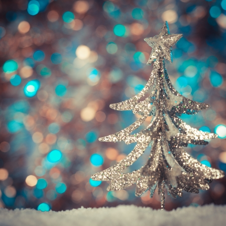 Juguetes del árbol de Navidad retro sobre fondo desenfocado