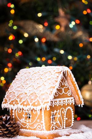 Maison de pain d'épice sur defocused lumières de Chrismtas décoré sapin Banque d'images - 23311139