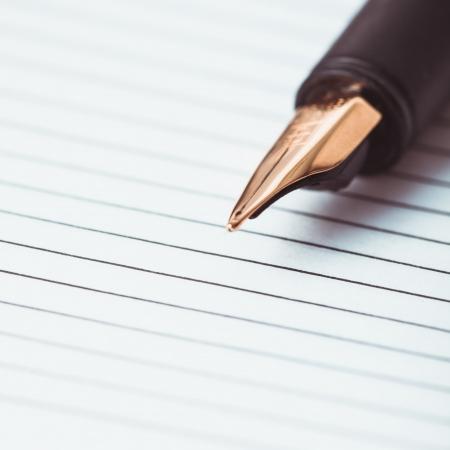 foglio a righe: Metallo penna penna su carta governato nel notebook