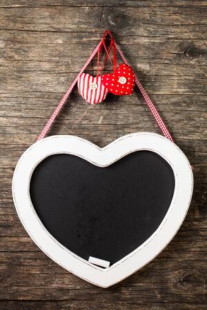 silhouette coeur: La forme tableau de coeur sur le vieux bois Banque d'images