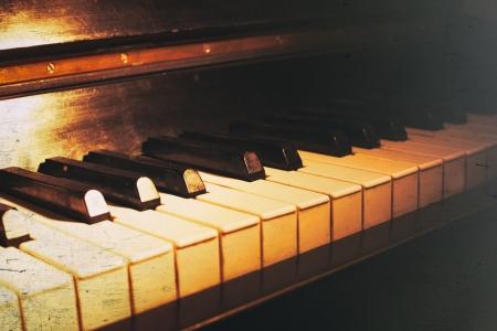 오래 된 피아노 키보드 음악 배경으로 닫습니다. 상처와 먼지 종이 질감