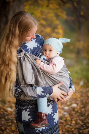 어머니 슬링에 아이 야외, 아기 수유와 함께 산책