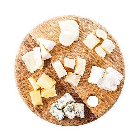 tabla de quesos: Junta con piezas de diferentes tipos de queso en la placa Foto de archivo