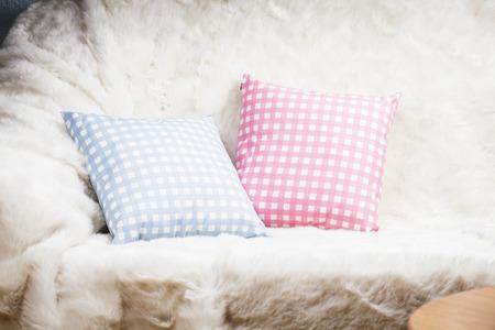 white fur: Almohadillas en el sof� con la piel blanca