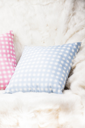 white fur: Las almohadas en el sof� con la piel blanca