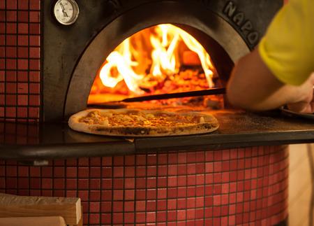 Pizza hornear de cerca en el horno Foto de archivo