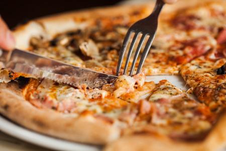 Man isst Pizza. Close up Pizza mit Messer und Gabel Standard-Bild - 30182485