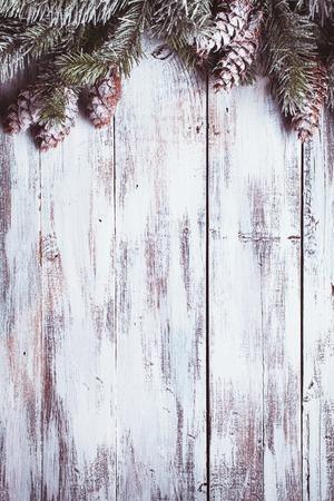 Blanca frontera lamentable de Navidad con cubierta de nieve piñas