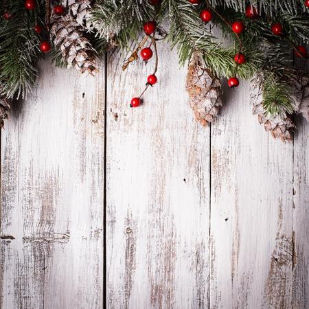 雪で白いぼろぼろクリスマス境界線に松ぼっくりが覆われています。 写真素材