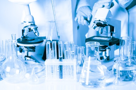 bata blanca: Dos científicos en el laboratorio de química están haciendo experimentos