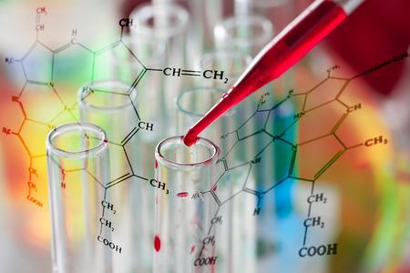 Das Blut aus Pipette über Laborgefäße Standard-Bild