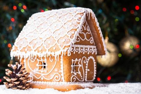 Lebkuchenhaus über defokussiert Lichter der Chrismtas geschmückten Tannenbaum