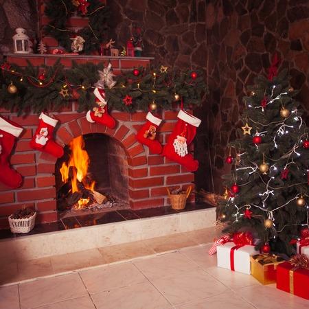 Kerst versierde open haard en de boom in de kamer Stockfoto