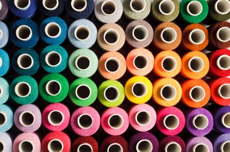 Naaigaren als een veelkleurige achtergrond close-up