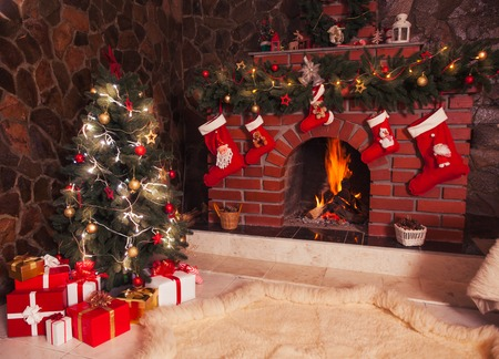 christmas design: Kerst versierde open haard en de boom in de kamer Stockfoto