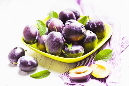 charnu: Prunes charnues dans un bol sur la table