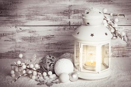 雪とクリスマスのランタン 写真素材