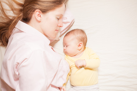 co-sleeping mother and baby Stockfoto