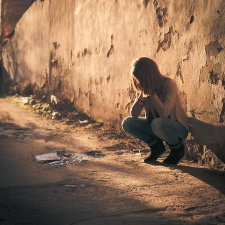 fille pleure: Triste adolescente