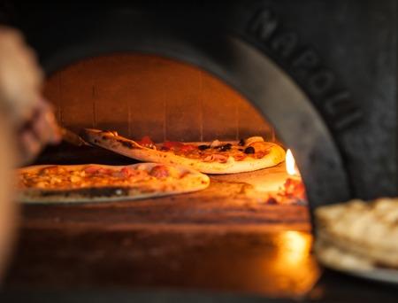 피자 베이킹 오븐에서 닫습니다.