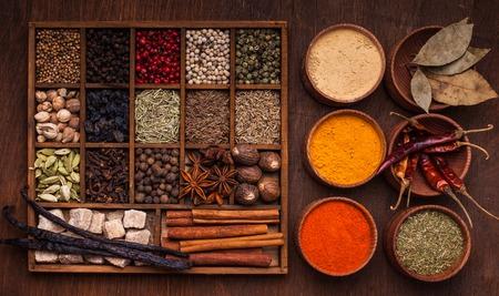 especias: Los diferentes tipos de especias en caja de madera