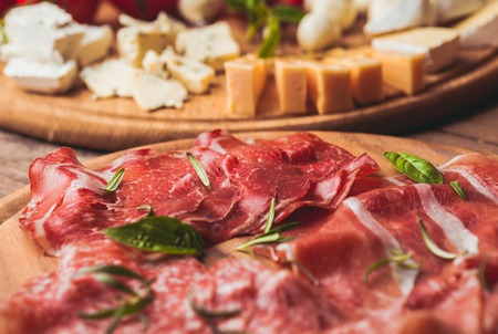 jamon y queso: prosciutto crudo - italiano jam�n, carne tradici�n en rodajas Foto de archivo
