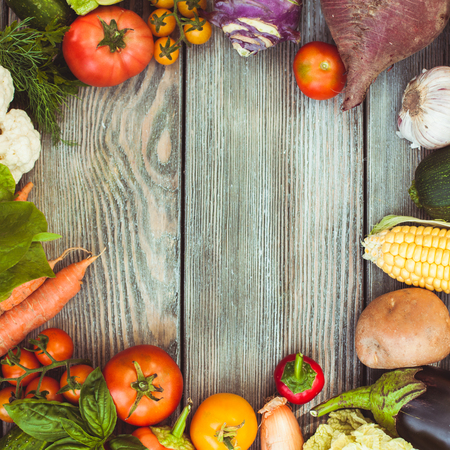 verduras verdes: Various vegetables on a wooden table with copy space