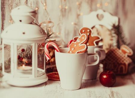 kerze: Tasse hei�en Kakao zu trinken mit Pl�tzchen und S��igkeiten. Weihnachtsdessert