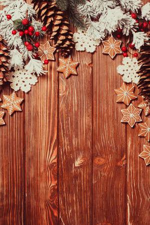 comida: Marco de pan de jengibre y decoraci�n del invierno en un fondo de madera.