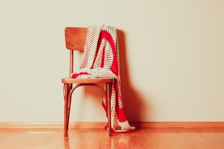 silla: Silla vieja con la manta descuidadamente abandonada en él
