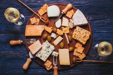 queso blanco: Par tiene una tarde agradable con plato de queso y vino Foto de archivo
