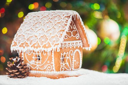 galletas de navidad: casa de pan de jengibre desenfocado luces de Chrismtas decorado abeto Foto de archivo