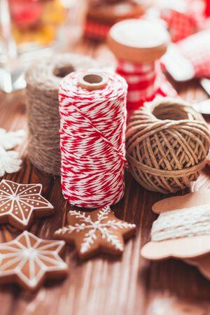 Decorazioni del regalo di Natale - corde e pan di zenzero rossi e rustici