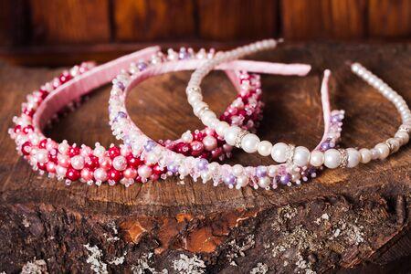 headbands: Tres cintas para el pelo de la joyer�a de cabello en la mujer sobre un fondo de madera. Hecho a mano Foto de archivo