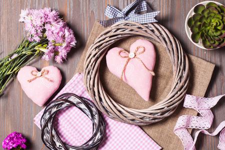 Nähen Reihe von verschiedenen dekorativen Elemente für das Handwerk und Produkte für handgemachte auf Holzuntergrund Standard-Bild