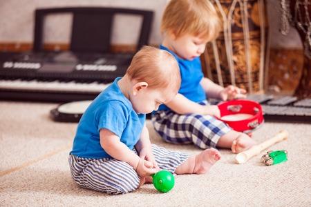 xilofono: Niños con instrumentos musicales
