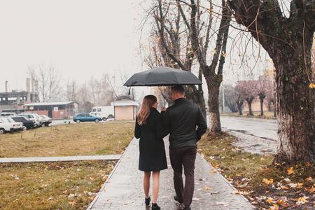 relaciones sexuales: Pareja joven bajo un paraguas Foto de archivo