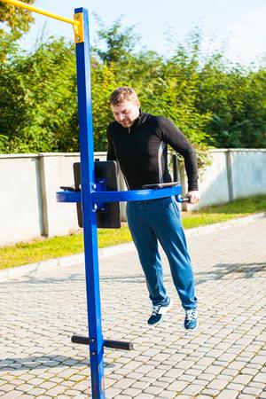El hombre entrenamiento al aire libre