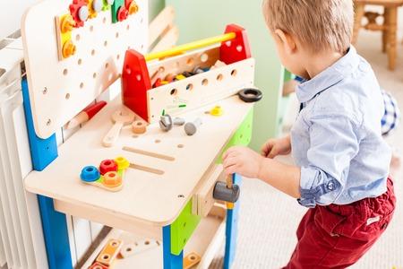 Il ragazzo gioca con i giocattoli di legno Archivio Fotografico