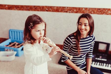 La bambina a suonare il flauto