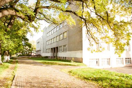Zijaanzicht van schoolgebouw