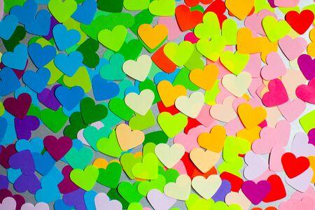 Corazones de colores del arco iris de papel como un patrón para el diseño Foto de archivo
