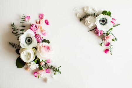 Vista dall'alto cornice floreale matrimonio su bianco