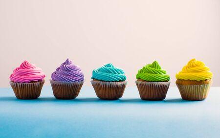 Levendige kleurrijke cupcake op een rij. Verschillende keuzes tijdens het leven